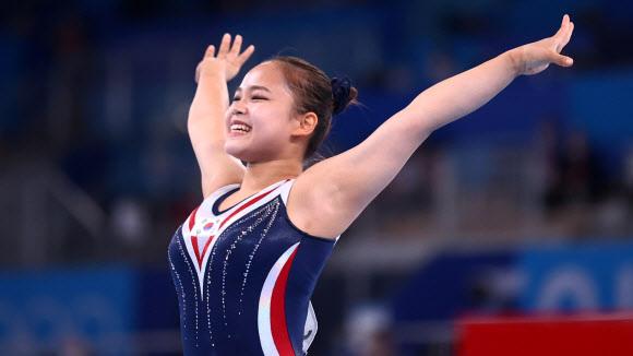 여서정이 1일 도쿄 아리아케 체조경기장에서 이어진 2020 도쿄올림픽 체조 여자 도마 결선에서 착지한 뒤 만족스러운 표정으로 두 팔을 벌리고 있다.도쿄 로이터 연합뉴스