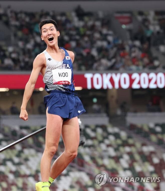 [올림픽] 우상혁, 한국신기록 2.35m도 성공 (도쿄=연합뉴스) 한상균 기자 = 도쿄올림픽 남자 높이뛰기 우상혁이 1일 도쿄 올림픽스타디움에서 열린 결선에서 한국 신기록인 2.35m 바에 성공한 뒤 환호하고 있다.  2021.8.1 xyz@yna.co.kr
