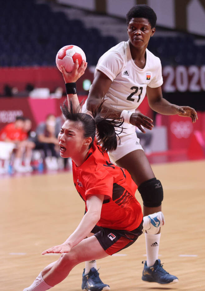 2일 일본 요요기 국립경기장에서 열린 도쿄올림픽 여자 핸드볼 A조 조별리그 한국과 앙골라의 경기. 강경민이 넘어지며 슛을 하고 있다. 사진=연합뉴스