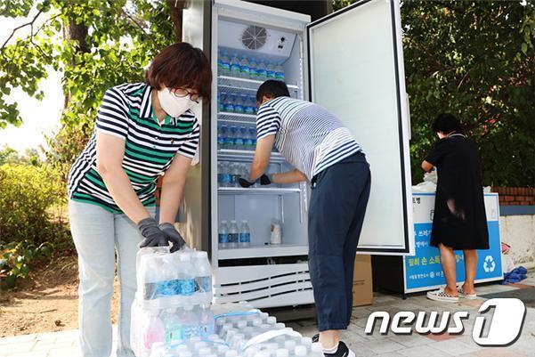 도봉구 관계자들이 폭염탈출냉장고에 생수를 비축하고 있다. 폭염탈출냉장고는 누구나 무료로 이용할 수 있다(도봉구 제공).© 뉴스1