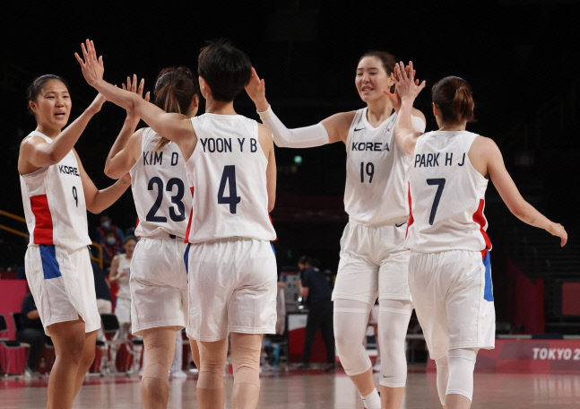 도쿄 올림픽 여자 농구 대표팀선수들이 지난 1일 사이타마 아레나에서 열린 세르비아 전에서 득점 후 기뻐하고 있다.  사이타마   연합뉴스