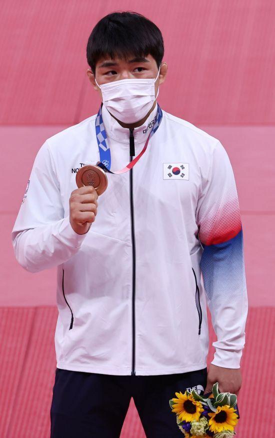 동메달 들어보이는 유도 안창림 선수. [이미지출처=연합뉴스]