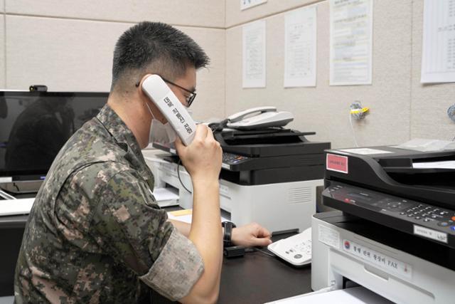 남북 간 통신연락선이 복원된 지난달 27일 오후 군 관계자가 서해지구 군 통신선을 활용해 시험통화를 하고 있다.국방부 제공