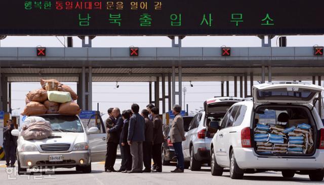 북한이 개성공단 입주기업 대표단 방문을 불허한 2018년 10월 17일 경기도 파주시 경의선 남북출입사무소에서 대표단이 귀환 차량을 맞이하고 있다. 오른편에는 이날 대표단이 방북 때 가져가려던 식량이 보인다. 파주=김주성 기자