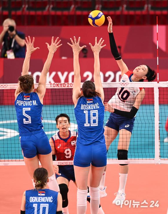 한국 김연경이 2일 일본 도쿄 아리아케 아레나에서 열린 '2020 도쿄올림픽' 여자배구 예선 A조 세르비아와 대한민국의 경기에서 스파이크를 하고 있다.