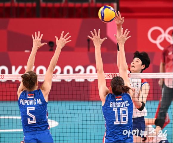 한국 김희진이 2일 일본 도쿄 아리아케 아레나에서 열린 '2020 도쿄올림픽' 여자배구 예선 A조 세르비아와 대한민국의 경기에서 공격을 하고 있다.