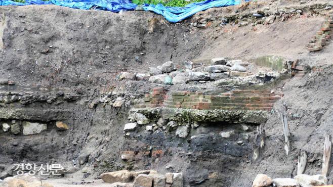 조선시대 돌들 위로 일제시대 벽돌이 층층이 쌓여 있다. 김종목 기자