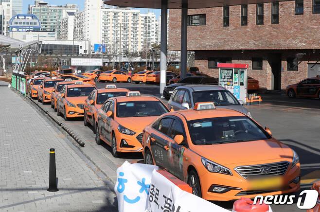 지난 1월 서울 강남구의 택시회사에서 신종 코로나바이러스감염증(코로나19) 확진자가 발생하면서 해당 택시회사 영업이 중단된 택시들이 줄지어 서 있는 모습.  2021.1.5/뉴스1