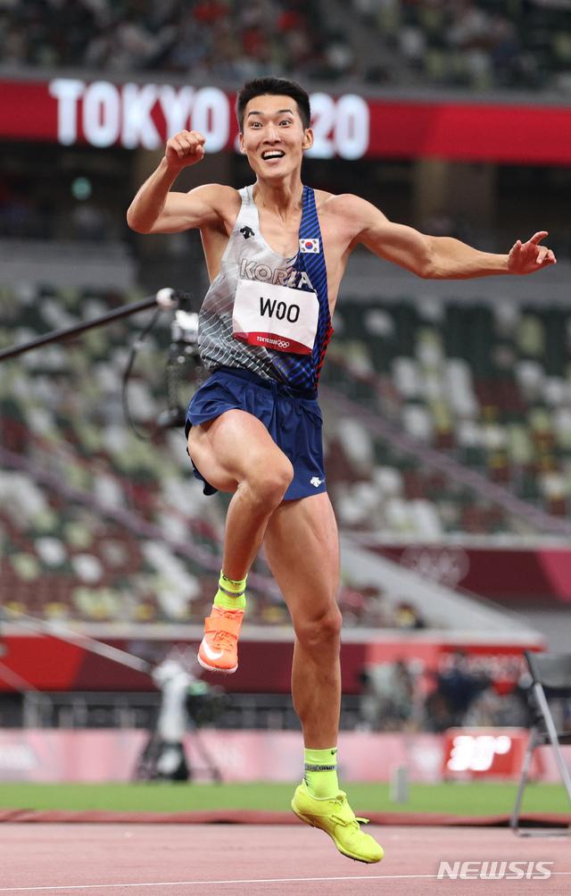 [도쿄(일본)=뉴시스] 이영환 기자 = 육상 국가대표 우상혁이 1일 오후 도쿄 올림픽스타디움에서 열린 2020 도쿄올림픽 남자 높이뛰기 결승전 경기에서 2.35 1차시기를 성공하고 기뻐하고 있다. 2021.08.01. 20hwan@newsis.com