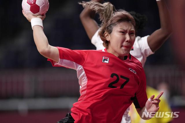 [도쿄=AP/뉴시스] 한국 여자 핸드볼팀의 김진이가 2일 일본 도쿄의 요요기 국립경기장에서 열린 도쿄올림픽 핸드볼 여자부 조별리그 A조 5차전 앙골라와 경기하고 있다. 한국은 경기 종료 10초 전 강은혜의 동점 골로 앙골라와 31-31 무승부를 기록해 1승1무3패로 다른 팀의 경기 결과에 따라 8강 진출 여부가 결정된다. 2021.08.02.