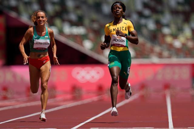 자메이카의 셰리카 잭슨이 2일 일본 도쿄 올림픽 스타디움엥서 열린 여자 200m 준결선에서 결승선 통과 직전 속도를 줄이고 있다. 도쿄=AP 연합뉴스