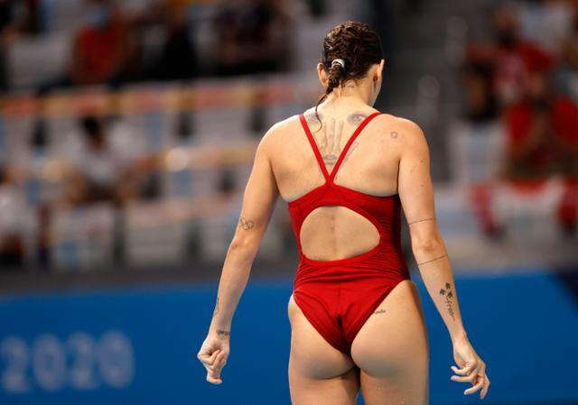 캐나다의 파멜라 웨어가 지난달 31일 일본 도쿄 아쿠아틱스 센터에서 열린 여자 3m 스프링보드 준결선 경기 시작 전 연습을 하고 있다. 도쿄=EPA 연합뉴스