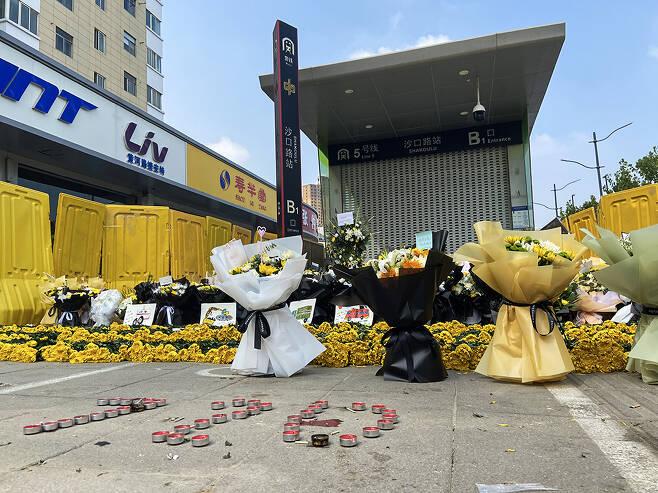 정저우시 지하철역에 놓은 꽃들, 바닥에는 720이 새겨져 있다. (출처: 바이두)