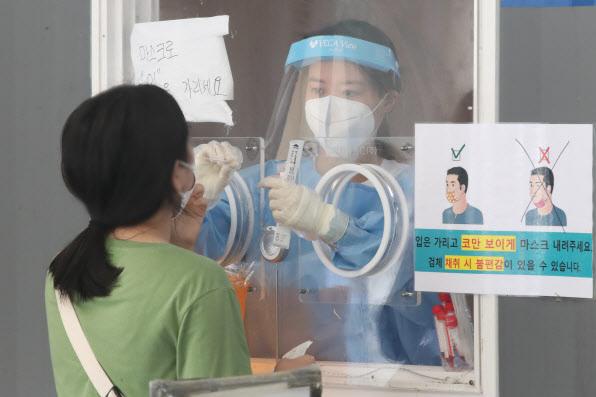 지난 2일 오전 서울역 코로나19 임시선별진료소에서 한 시민이 검사를 받고 있다.