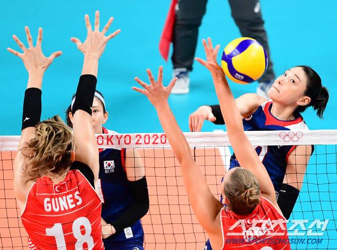 2020 도쿄올림픽 여자 배구 8강 대한민국과 터키의 경기가 4일 아리아케 아레나에서 열렸다. 대표팀 김연경이 터키의 블로킹 수비 사이로 스파이크를 성공시키고 있다. 도쿄=최문영 기자 deer@sportschosun.com /2021.08.04/