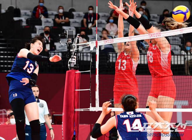 2020 도쿄올림픽 여자 배구 8강 대한민국과 터키의 경기가 4일 아리아케 아레나에서 열렸다. 대표팀 박정아가 터키의 블로킹 수비 사이로 스파이크를 성공시키고 있다. 도쿄=최문영 기자 deer@sportschosun.com /2021.08.04/