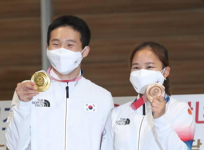 도쿄올림픽 남자 및 여자 기계체조에서 금, 동메달을 딴 신재환, 여서정이 3일 인천국제공항을 통해 귀국해 포즈를 취하고 있다. /뉴시스