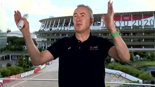 4일 오전 도쿄올림픽 경기장 밖에 있는 10층짜리 임시 방송탑에서 채널세븐 스포츠 기자 마크 베레타가 아침 생방송을 하던 중 지진의 여파로 스튜디오가 흔들렸다./Sunrise 트위터