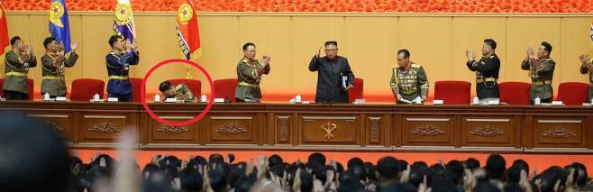 김정은 북한 국무위원장이 '제1차전군지휘관,정치일꾼강습회'에 참석했다고 북한 노동신문이 7월 30일 보도했다.참석자들이 기립 박수를 치는 가운데 리영길 국방상(북은 원) 혼자 자리에 앉아 있는 모습./노동신문 뉴스1
