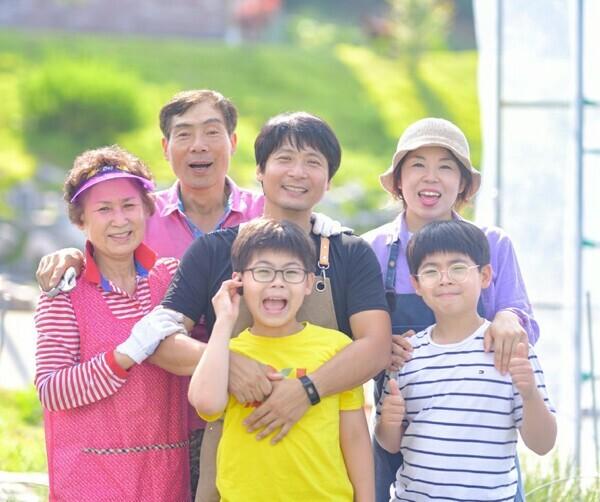 맨 왼쪽부터 어머니·아버지, 유경민씨와 둘째아들, 부인과 큰아들이다.