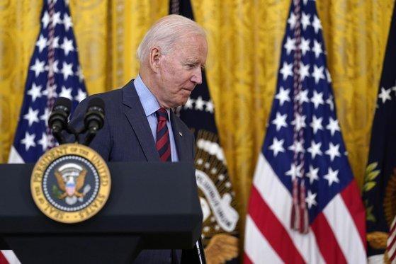 조 바이든 미국 대통령은 3일 기자들과 문답에서 성추행 사실이 인정된 앤드루 쿠오모 뉴욕주지사는 사임해야 한다고 말했다. [AP=연합뉴스]