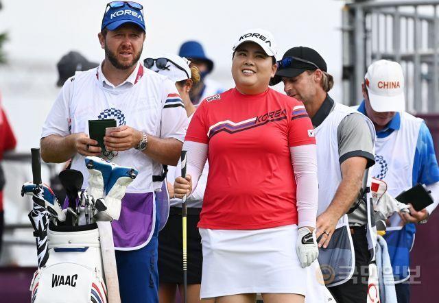 박인비(가운데)가  4일 일본 사이타마현 가스미가세키 컨트리클럽에서 열린 도쿄올림픽 여자골프 1라운드 1번 홀에서 밝게 웃고 있다. 사이타마=김지훈 기자