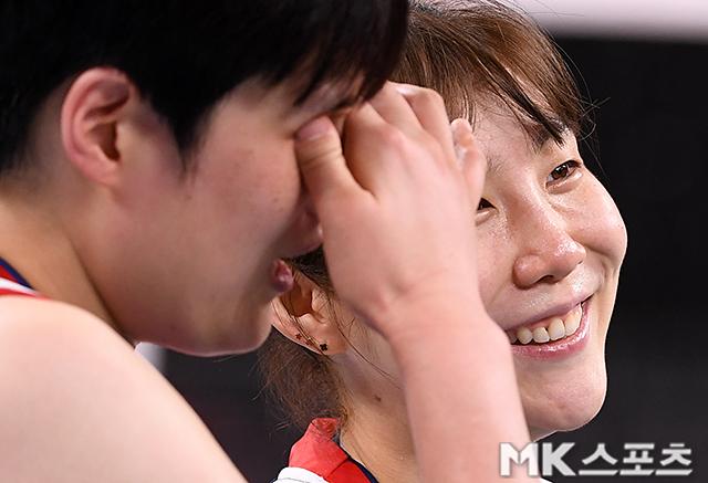 김희진이 기쁨의 눈물을 흘리고 있다.