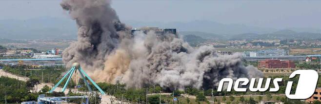 (평양 노동신문=뉴스1) = 북한 노동당 기관지 노동신문은 17일 2면에 개성의 남북 공동연락사무소 폭파 현장을 공개했다.