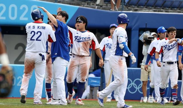 [요코하마(일본)=뉴시스] 이영환 기자 = 2일 오후 일본 요코하마 스타디움에서 열린 도쿄올림픽 야구 녹아웃 스테이지 2라운드 대한민국과 이스라엘의 경기 7회말 김혜성의 안타에 홈인한 2루주자 김현수가 동료들과 기쁨을 나누고 있다. 대한민국은 11대 1로 이스라엘에 7회 콜드게임 승을 거뒀다. 2021.08.02. 20hwan@newsis.com