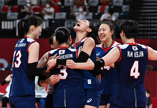 김연경(오른쪽 세 번째) 등 여자 배구 대표팀 선수들이 4일 도쿄 올림픽 터키와의 8강에서 득점에 성공한 뒤 환호하고 있다. /도쿄=권욱 기자