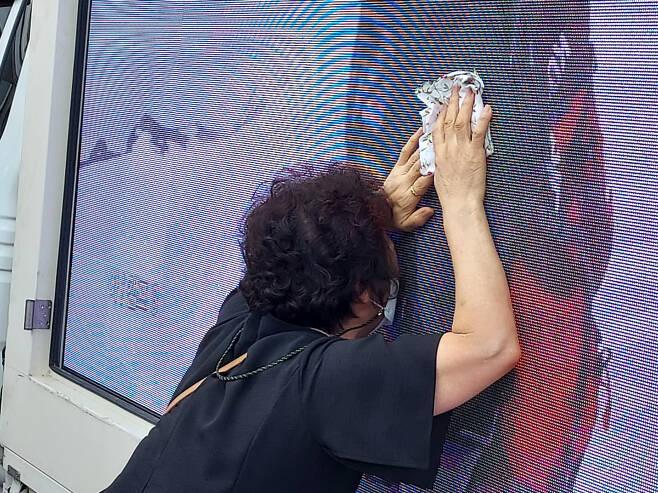 4일 오전 광주 서구 염주체육관에 마련된 김홍빈 분향소 앞에서 유가족이 고인의 생전 모습이 상영된 전광판을 어루만지며 오열하고 있다. ⓒ시사저널 정성환