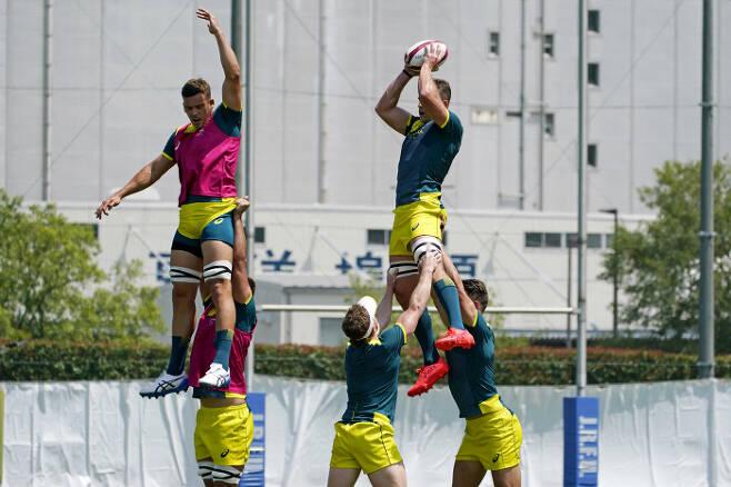 도쿄올림픽 남자 7인제 럭비에 출전한 호주 대표팀 선수들이 지난달 23일 훈련하고 있다. AP 연합뉴스