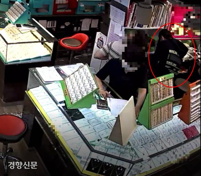 지난달 4일 오후 3시37분쯤 B씨(30대. 빨간동그라미)가 금 20돈짜리 목걸이 각 2개 1260만원을 결제한다며 카드단말기를 조작하고 있는 모습. A씨 금은방에 설치된 CCTV 화면 캡처