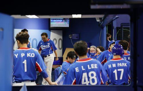 지난 4일 도쿄올림픽 한일전 패배 후 아쉬워하고 있는 한국 야구대표팀. 요코하마=김지훈 기자
