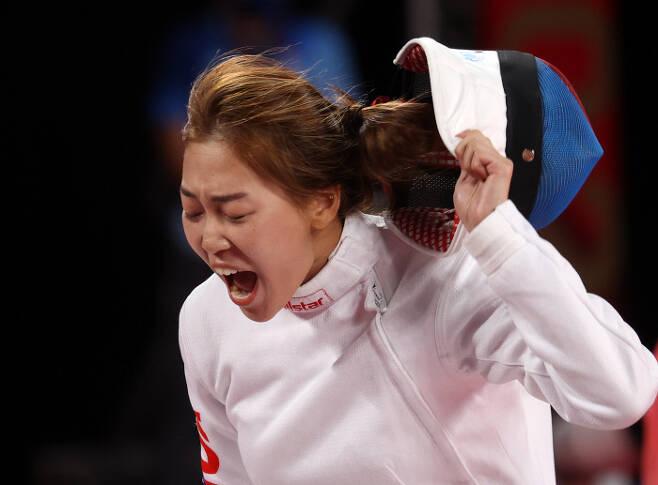 김세희가 5일 일본 무사시노노모리 종합 스포츠플라자에서 열린 2020 도쿄올림픽 여자 근대5종 펜싱 랭킹라운드 경기에서 득점에 성공한 뒤 환호하고 있다.    도쿄 | 연합뉴스
