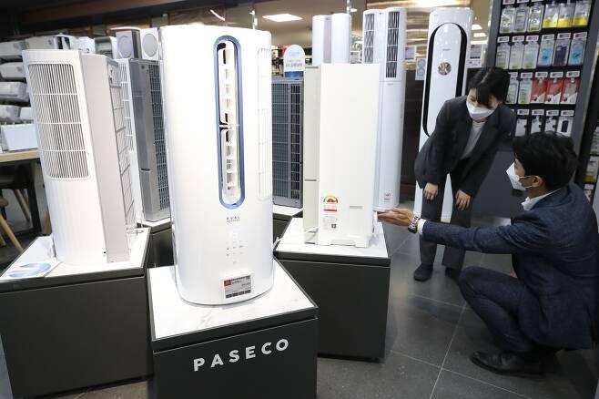 서울의 한 가전제품 매장에 진열된 창문형 에어컨 모습. /연합뉴스
