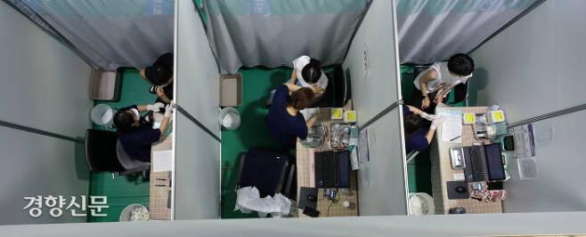 중앙방역대책본부가 코로나19 확진자 수가 누적 20만명을 넘어섰다고 밝힌 2일 서울 서대문구 북아현문화체육센터에 마련된 서대문구 예방접종센터에서 시민들이 백신 접종을 받고 있다.  권도현 기자