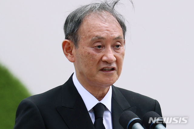 [나가사키=AP/뉴시스] 스가 요시히데 일본 총리가 지난 9일 일본 남부 나가사키의 나가사키 평화공원에서 열린 원폭투하 76주년 희생자 위령식에 참석해 연설하고 있다. 2021.08.13.