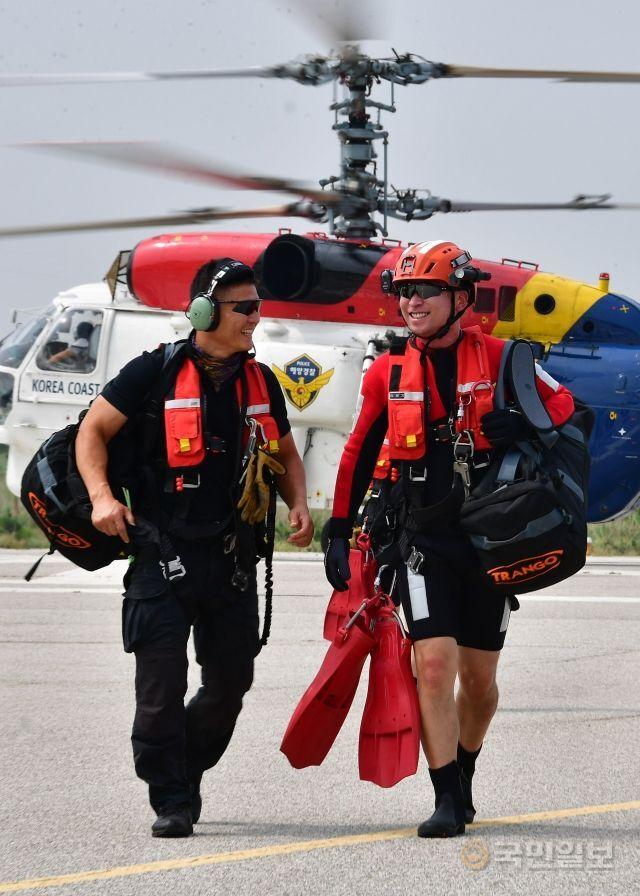 지난달 12일 주간 순찰을 나간 항공 구조대원들이 영종도 해경 중부청으로 복귀하며 대화를 나누고 있다.