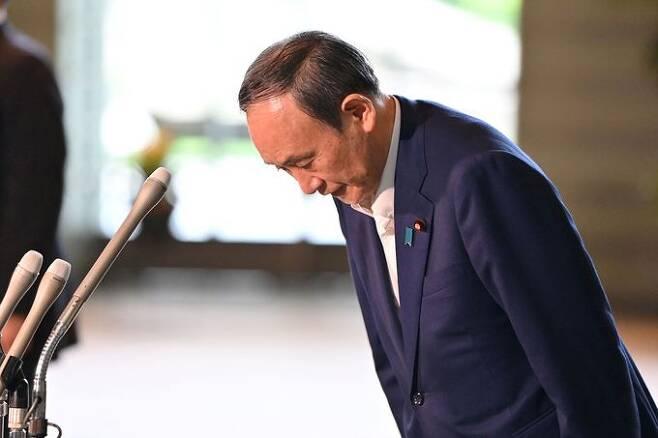 스가 요시히데 일본 총리가 3일 도쿄의 총리 관저에서 기자회견에 참석해 고개를 숙여 인사하고 있다. 도쿄 AFP=연합뉴스