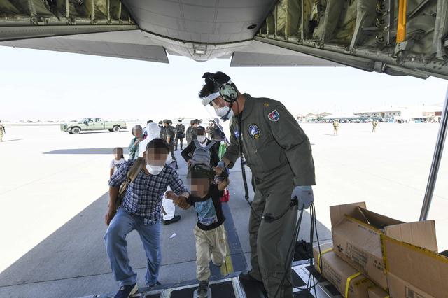 [서울=뉴시스] 한국으로 이송될 아프간인 현지 조력자와 가족들이 25일(현지시간) 아프가니스탄 카불공항에서 공군 C-130J 수송기에 탑승하고 있다. (사진=공군 제공) 2021.08.26. photo@newsis.com *재판매 및 DB 금지