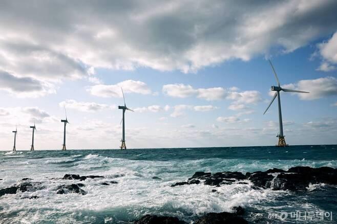 제주시 한경면 두모리와 금등리 앞바다에 위치한 탐라해상풍력발전단지.  /사진 제공=탐라해상풍력발전