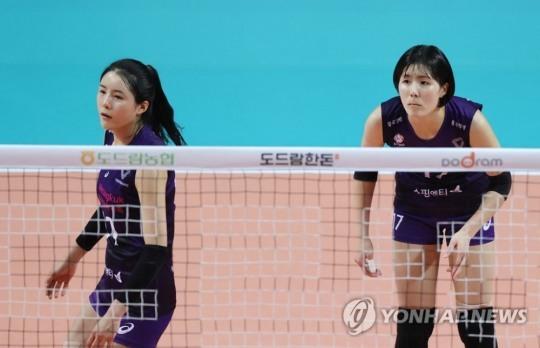 흥국생명에서 뛰었던 쌍둥이 자매 이재영(오른쪽), 이다영  [연합뉴스 자료 사진]