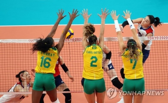 2020도쿄올림픽 여자배구 4강전에서 한국의 김연경이 브라질 블로킹 사이로 공격을 시도하고 있다. [도쿄=연합뉴스 자료사진]