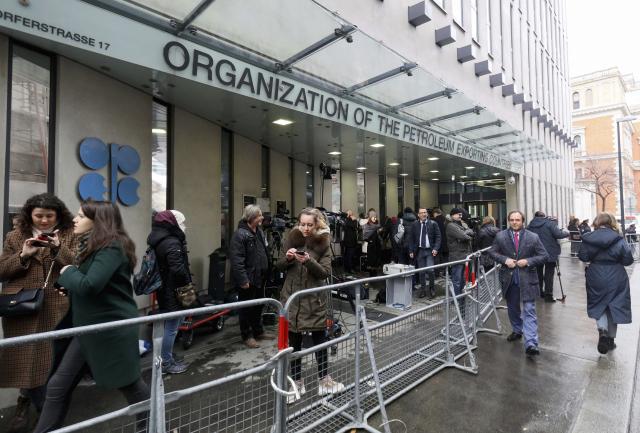 지난해 6월 사람들이 오스트리아 빈에 있는 석유수출국기구(OPEC) 본부 바깥에서 대기하고 있는 모습./AP연합뉴스