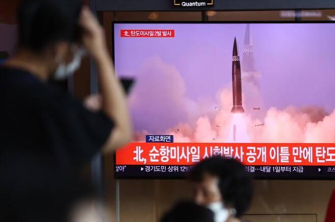15일 서울역에서 시민들이 북한의 탄도미사일 발사 소식을 접하고 있다. 북한이 15일 오후 중부 내륙 일대에서 동해상으로 탄도미사일 2발을 발사했다고 합동참모본부가 밝혔다(사진=연합뉴스).