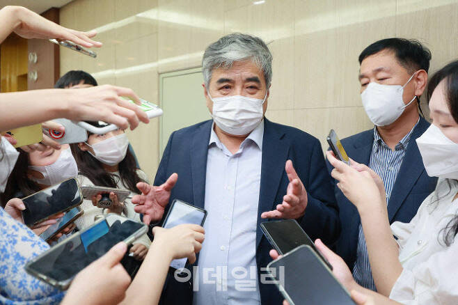 한상혁 방송통신위원장이 15일 오후 서울 중구 프레스센터에서 열린 이용자 권의 증진을 위한 통신3사 대표자 간담회에 참석해 취재진 질문에 답하고 있다. [이데일리 이영훈 기자]