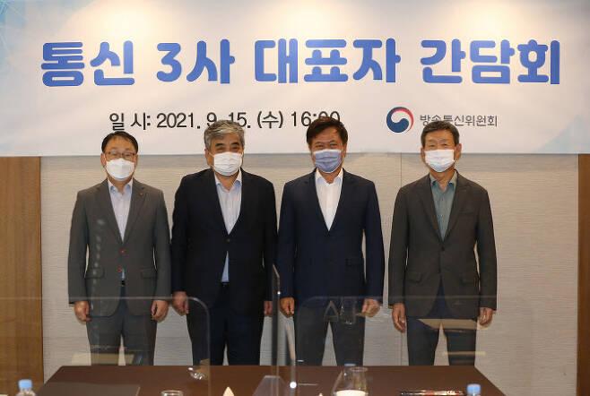 왼쪽부터 구현모 KT대표, 한상혁 방송통신위원회 위원장, 박정호 SK텔레콤 대표, 황현식 LG유플러스 대표다.