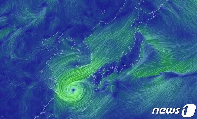 """제14호 태풍 '찬투'가 15일 오전 제주도 부근 해상에 진입했다. 찬투는 세력을 유지한 채 제주도 남동쪽으로 이동해 17일까지 제주도와 남부지방에 누적 1000㎜ 안팎의 폭우를 뿌릴 것으로 보인다. 기상청은 15일 브리핑을 통해 """"오전 9시 현재 찬투가 서귀포 남남서쪽 약 330㎞ 부근 해상에서 시속 9㎞ 속도로 북북동진 중""""이라고 설명했다. 찬투는 15~16일 동쪽으로 이동해 17일 아침 제주도에 근접하고 오전 제주도를 지나면서 속도가 붙어 밤에 대한해협을 통과할 것으로 내다봤다. 세계 기상 정보 비주얼 맵인 어스널스쿨로 확인한 15일 오후 13시 한반도를 향해 다가오는 태풍 '찬투'. (어스널스쿨 캡처)2021.9.15/뉴스1"""