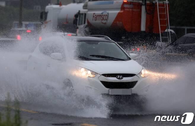 제14호 태풍 '찬투(CHANTHU)'가 북상 중인 14일 제주 한 도로에서 차량들이 물보라를 일으키며 달리고 있다. 이날 오전 6시까지 제주 지점별 누적 강수량을 보면 진달래밭 287.0㎜, 삼각봉 271.0㎜ 등 산지를 중심으로 많은 비가 내렸다.15일까지 예상 강수량은 100~200㎜, 많게는 300㎜ 이상이다2021.9.14/뉴스1 © News1 고동명 기자